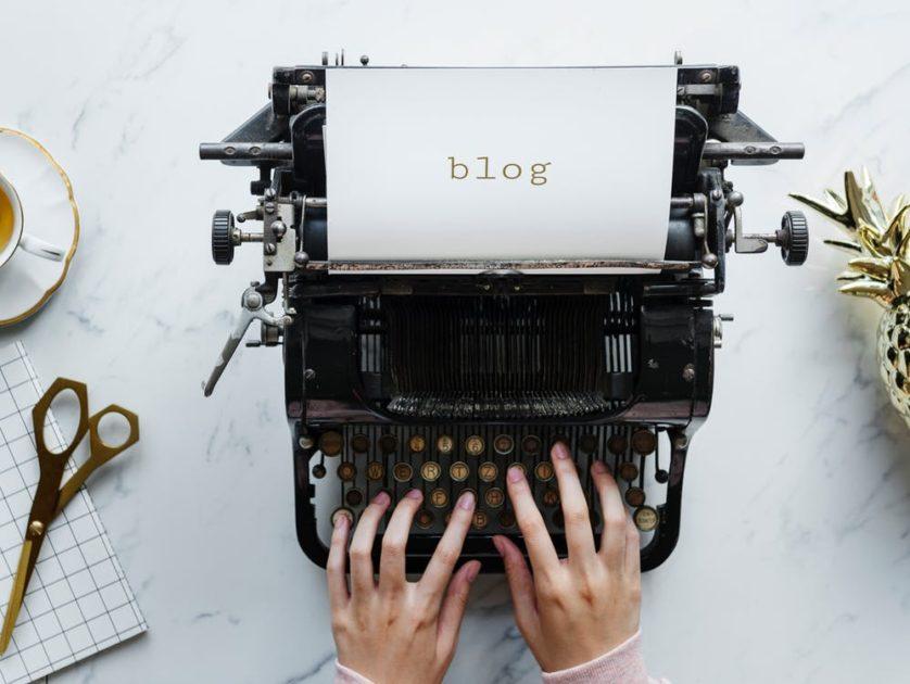 タイプライターで記事を書いている